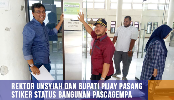 Rektor Unsyiah dan Bupati Pijay Pasang Stiker Status Bangunan Pascagempa